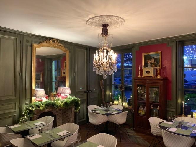 salle du restaurant et son lustre à pampilles grand miroir
