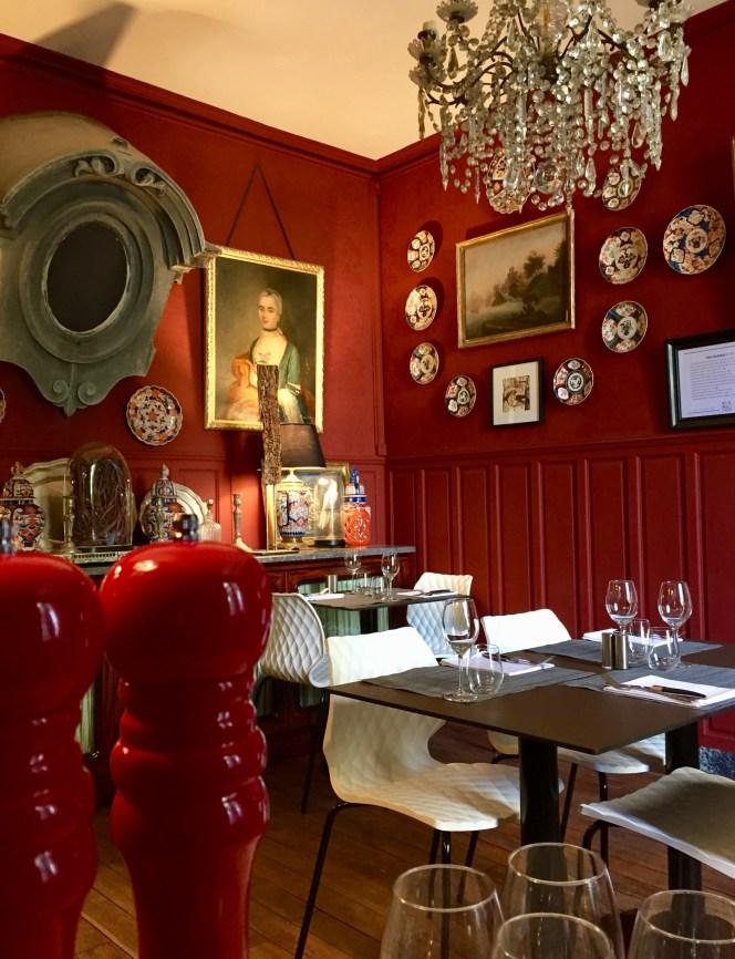 salle à manger restaurant à la maison mur rouge curiosité