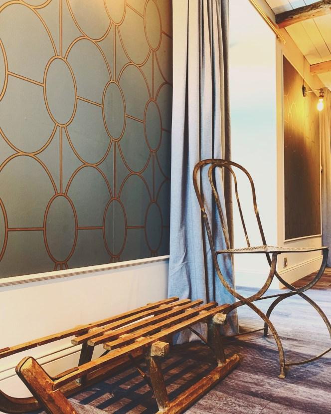 auberge-lac-guery-chambre-papier-peint-luge-chaise-metal-rideau-cocon-lilideambule