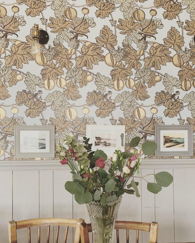 auberge-lac-guery-bouquet-table-bois-cadre-photo-lilideambule