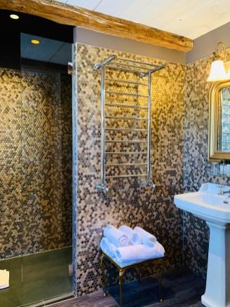 douche-mosaique-serviette-lavabo-retro-auberge-lilideambule