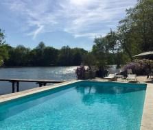 terrasse piscine rivière maison d'hôtes