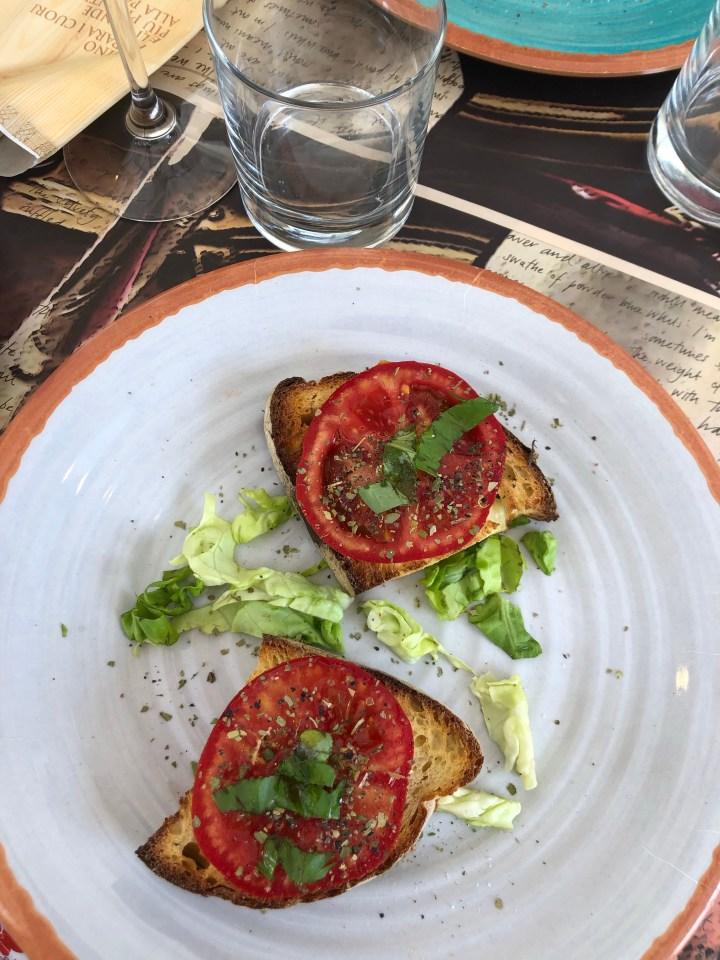 Bruschetta toma basilic