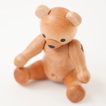 ドイツのエルツ地方(チェコとの国境に近い地方)のザイセンという村で作られている木のクマ。手のひらにのってしまうくらいミニサイズなのに、こだわりの作り、、、そのギャップがなんとも言えない可愛らしさなのです。 ☆ ドイツの木のくま http://goo.gl/BLrh9o クリスマスまであと23日...
