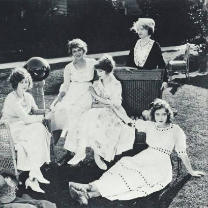 Mildred Harris, Mary Pickford, Lillian Gish, Mary Robinson McConnell (Gish) and Dorothy Gish