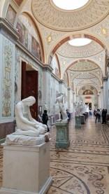 一排的雕像廳