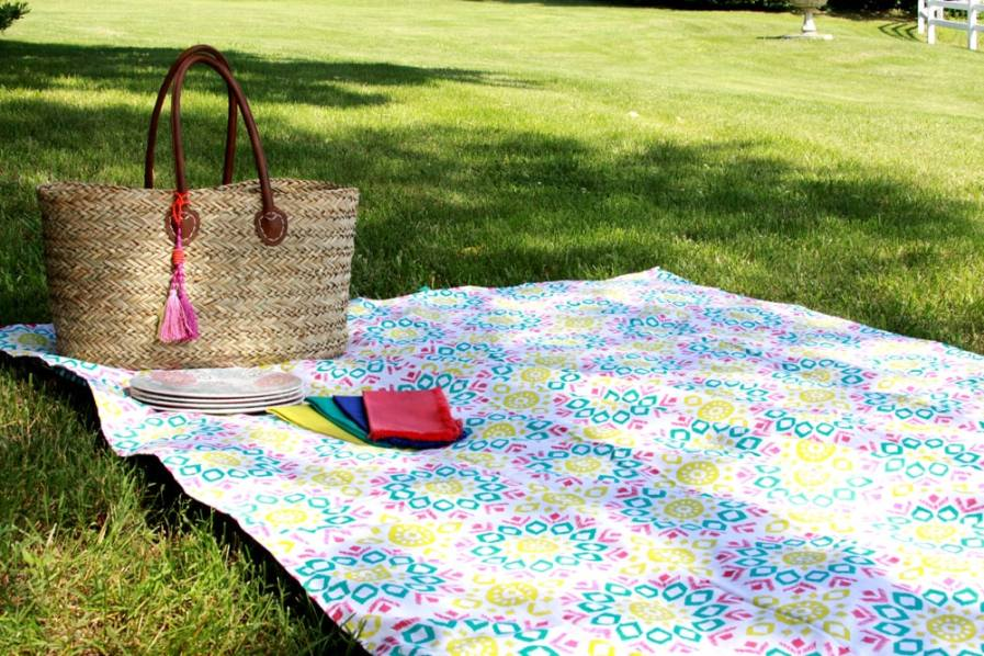 15 Minute Picnic Blanket tutorial - perfect for summer time! Get the directions on { lilluna.com }