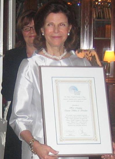 HRH Queen Sylvia of Sweden with Beyond 2008 Award from VNGOC 2009-03-10