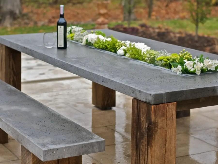 Table en béton ciré avec liseré végétal