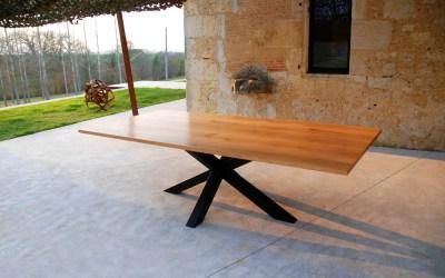 La table mikado d'Evelyne : un design et des dimensions spécifiques