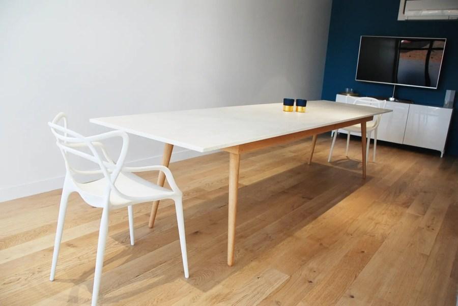 Table Dekton blanc et pieds chêne massif vue d'ensemble