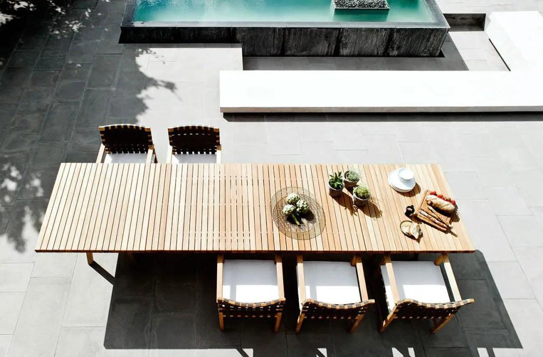 Une grande et originale table en teck pour la terrasse!