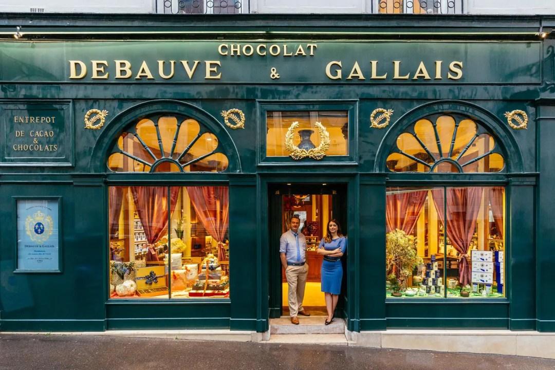 Une belle boutique de chocolat à Paris à la devanture verte et doré