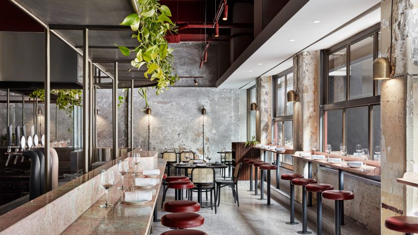 Comptoir bar en marbre rose dans un restaurant à pâtes de Melbourne, Australie.