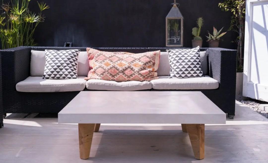 Une belle table en béton ciré et pieds en bois