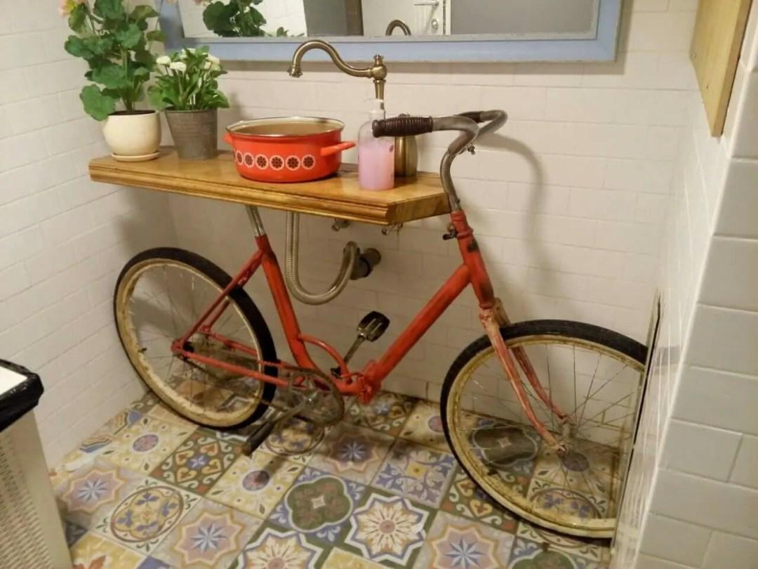 Lavabo fabriqué avec une marmite et un vélo pour une déco originale