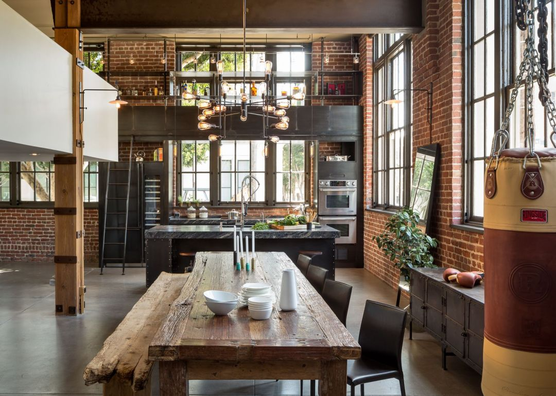 Une cuisine industrielle spacieuse, rétro et lumineuse