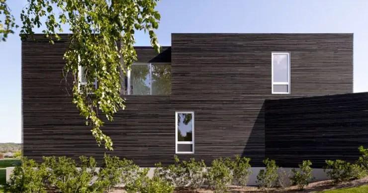 Maison avec façade bardage en bois brûlé