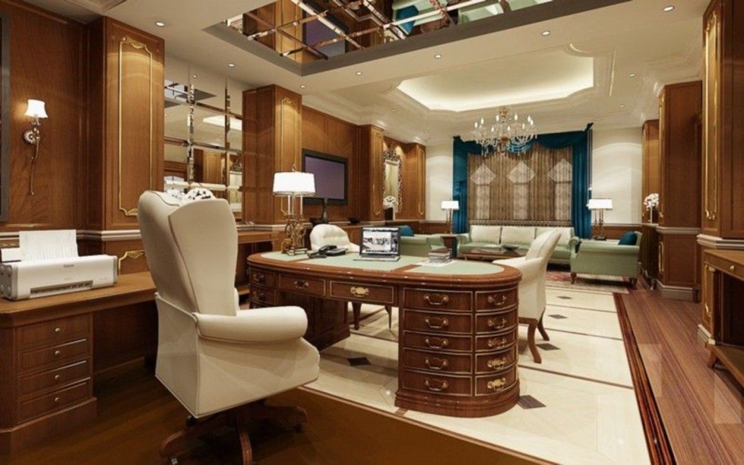 Un bureau luxueux et traditionnel favorisant le bois