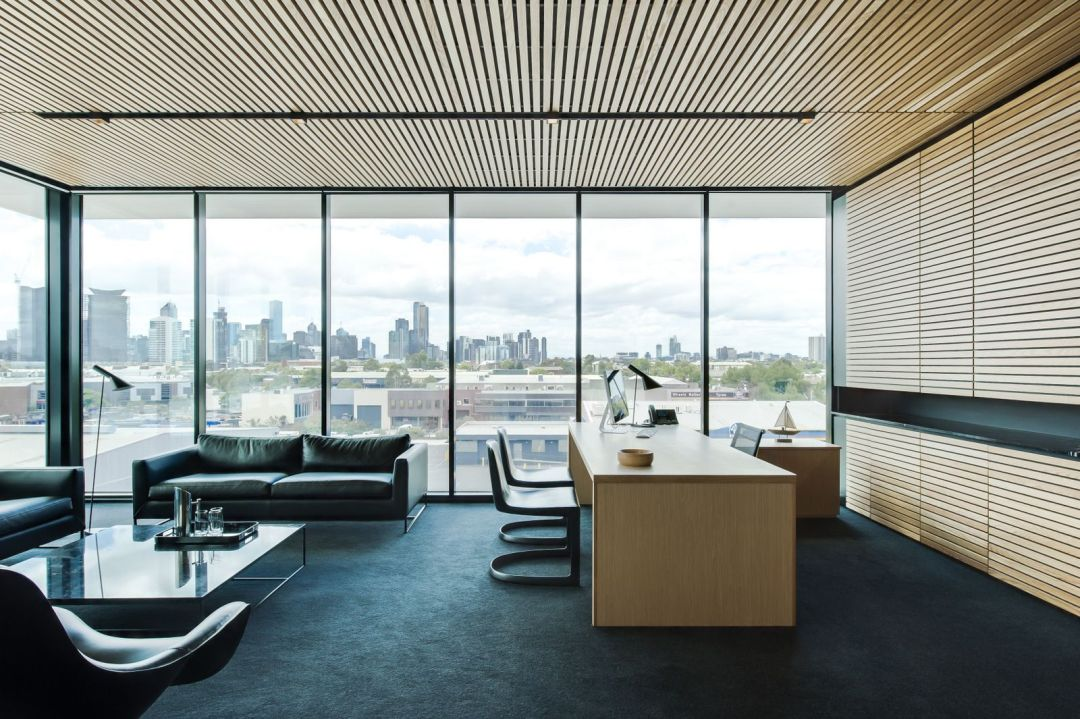 Un espace moderne avec des stores et un bureau en bois clair
