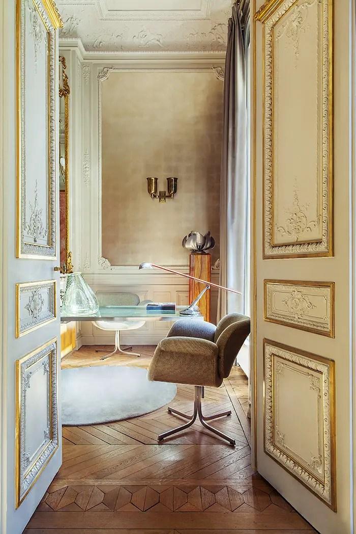 Ouvrez les portes dorées pour apercevoir un bureau en verre et acier