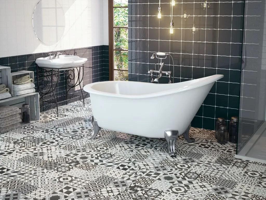 Une salle de bain élégante au sol mosaïque noir et blanc