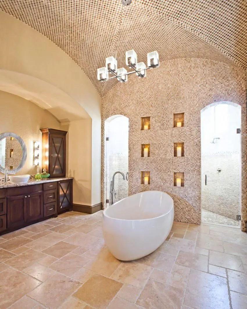 Un plafond en mosaïque à base de marbre