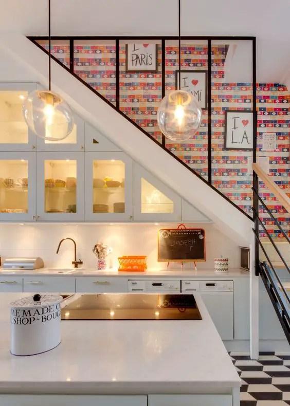 aménagement d'un petit espace, cuisine sous escalier