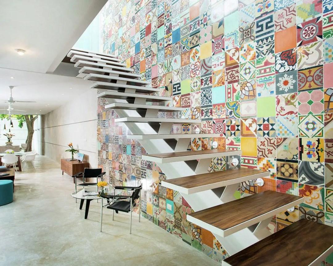 Mur recouvert de mosaïque colorée