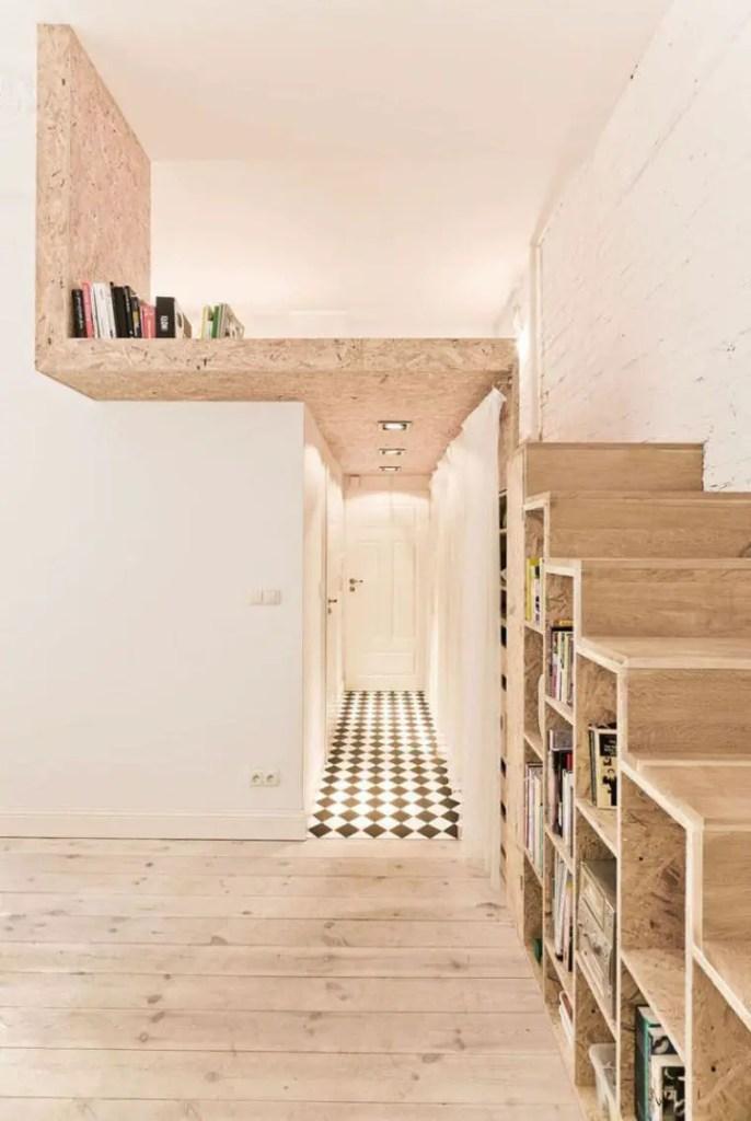 aménagement d'un petit espace, bibliothèque sous escaliers