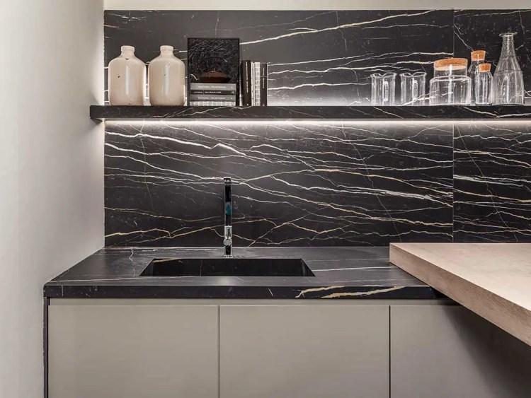 Cuisine et plan de travail en céramique effet marbre