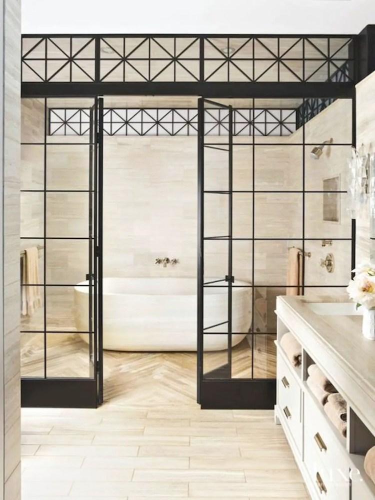 verrière dans une salle de bain, abrite l'espace bain