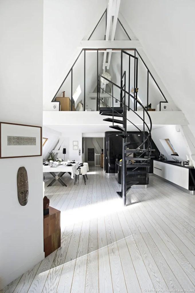 Verrière mezzanine de forme triangulaire pour suivre les lignes du toit