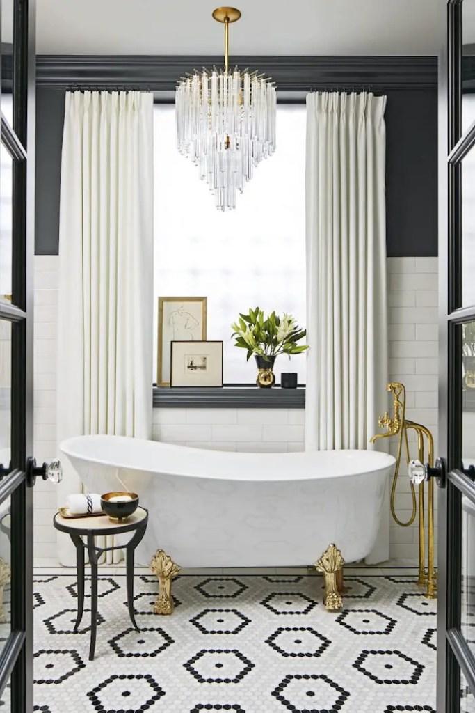 Mosaïque au sol dans une salle de bain