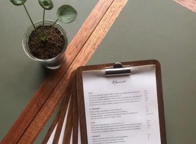 Table de restaurant et de bistrot en lino et acajou
