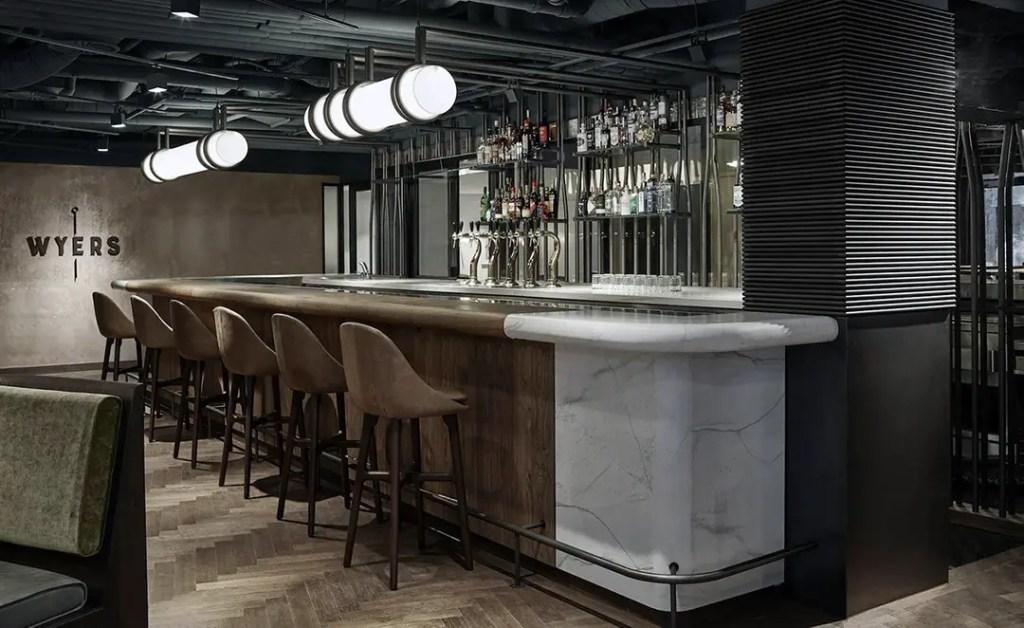 comptoir de bar en bois et marbre carrare