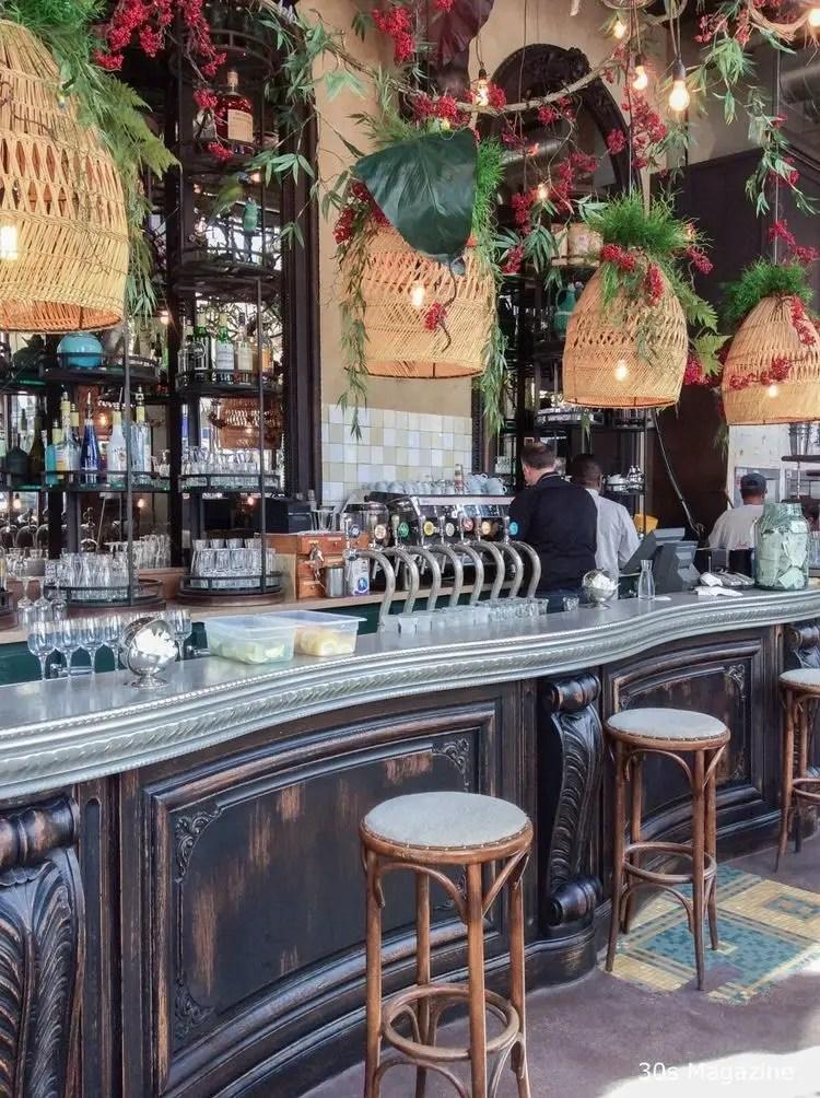 bar de restaurant à l'ambiance vintage art deco