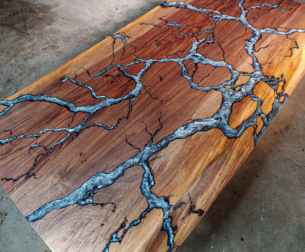 table en bois massif et résine incrustée figures de lichtenberg