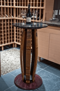 Une table d'appoint faite d'un ancien tonneau de vin.