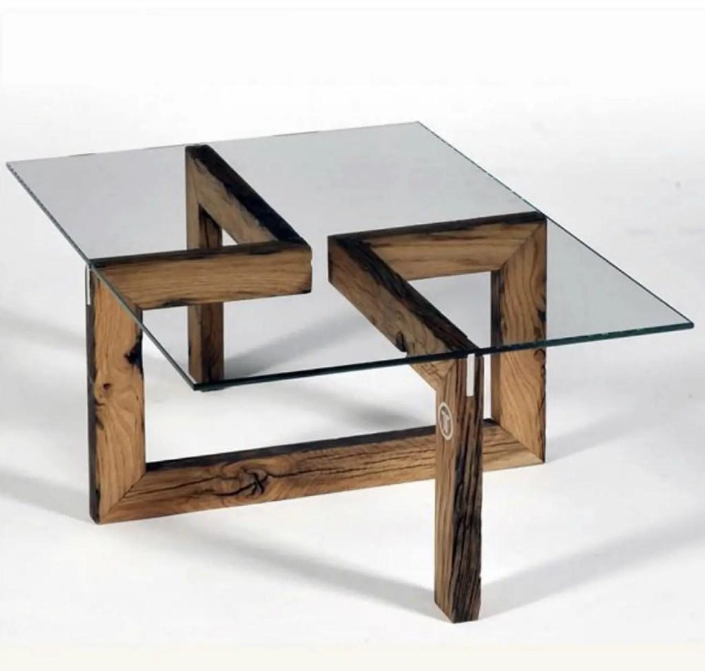 Une table originale avec les pieds faits d'anciennes planches.