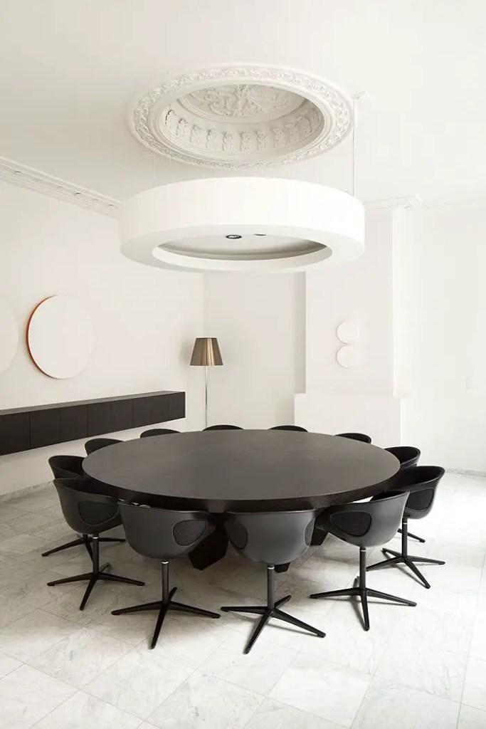 Table noire avec chaises assorties