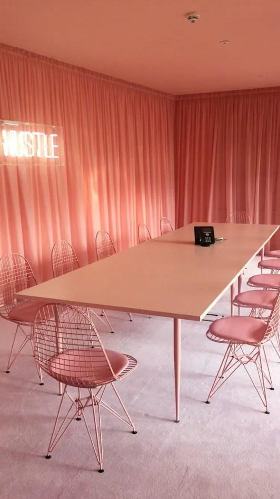 salle audacieuse tout en rose