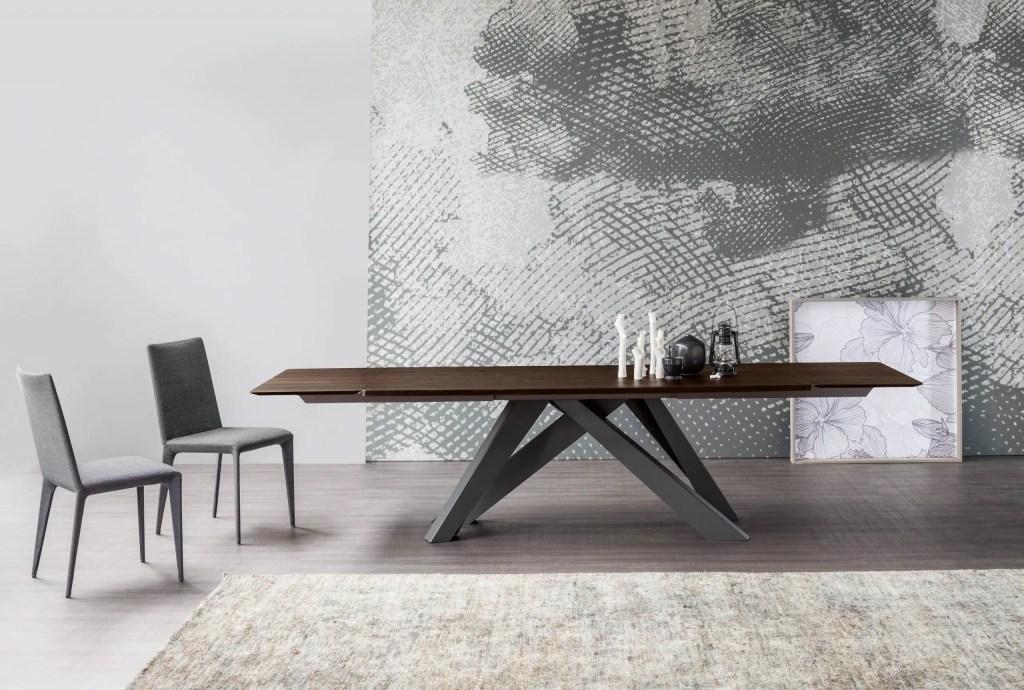 table avec pieds en métal irréguliers