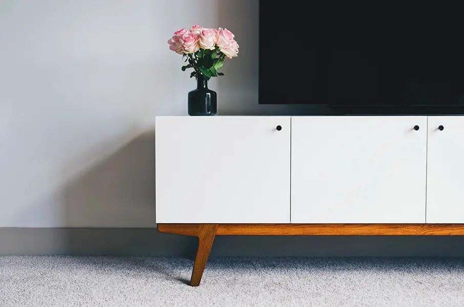 meuble tv en bois et portes blanches