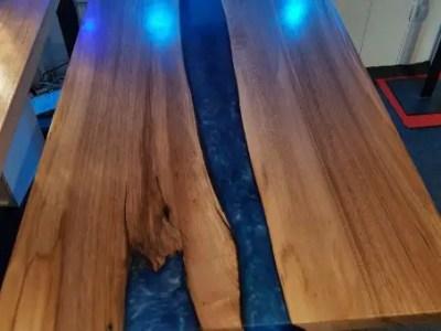 Table en bois et résine epoxy