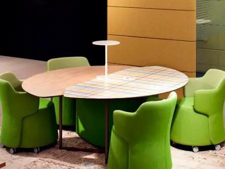 Table de réunion ronde en bois et fauteuils verts