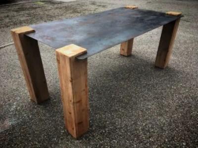 Table style industriel, plateau en acier et pieds en bois massif