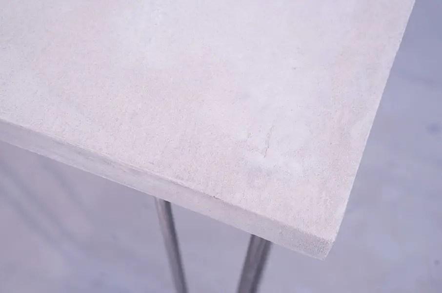 gros plan sur un plateau de table en béton