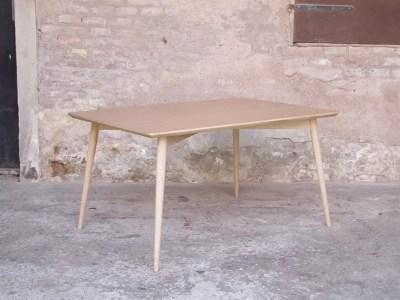 Table scandinave en bois clair