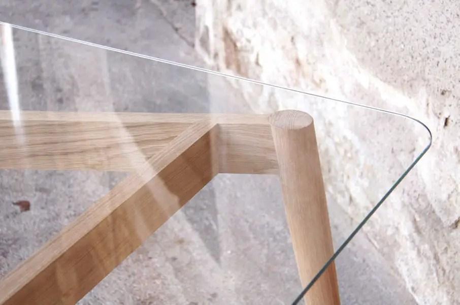 gros plan sur plateau table en verre scandinave